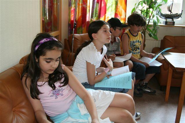 Full koncentration i TV-soffan. Neda Farhand, Tamara Nordberg, Atila Khanzadeh och Lawrence Jörgensen.