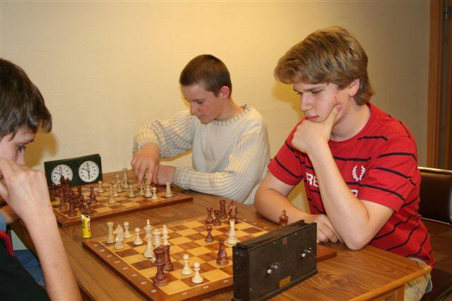 Niklas Werner vit mot Victor Vas. I bakgrunden Elias Karlsson.