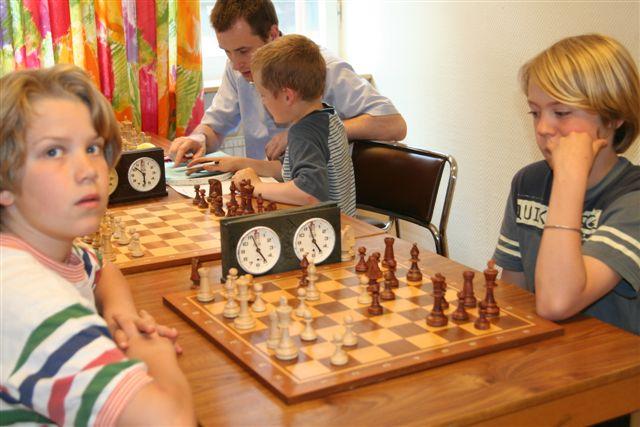 En något splittrad Jakob Runestam vit mot Viktor Lundmark. I bakgrunden coachas Alexander Cathnell-Göransson av sin far Michael Göransson - manhemit.