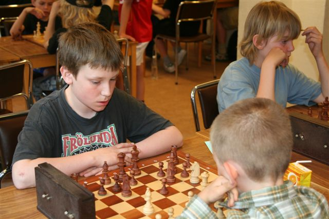 Kristian Eliasson vit mot Joel Jerkin, i bakgrunden Samuel Molin.