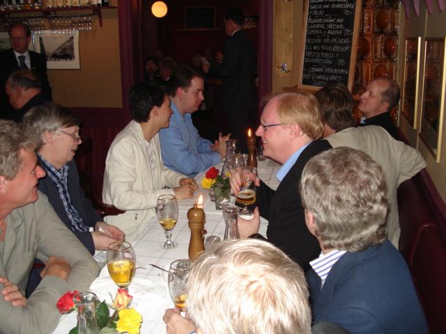 Glada förstalagsspelare! Lars-Åke Schneider, Ove Kinnmark, Rauan Sagit och Karl Johan Moberg. På hitre sidan bordet bortifrån: Claes-Göran Olausson, Olle Häggström, Håkan Warston och Hans Nordman