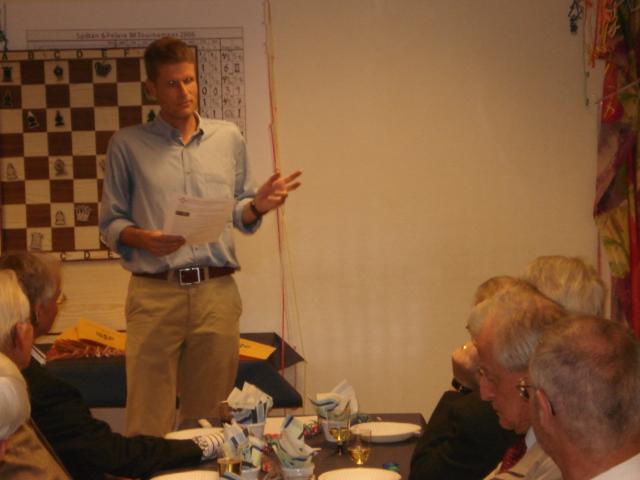 Frågesportsledaren Mats Dehlin redogör för de drakoniska utslagningsreglerna