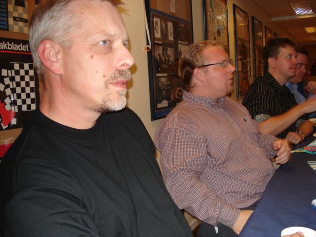 Yngve Karlsson, Vincent Andréasson och Olle Häggström följer spänt vad som händer där framme