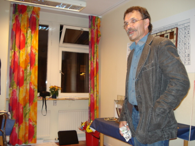 Matti Virolainen, ordförande i Lundby SS, uppvaktar