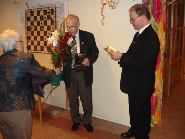 Assisterad av sin hustru Lisbeth gratulerade Majornas sekreterare Göte Teiffel