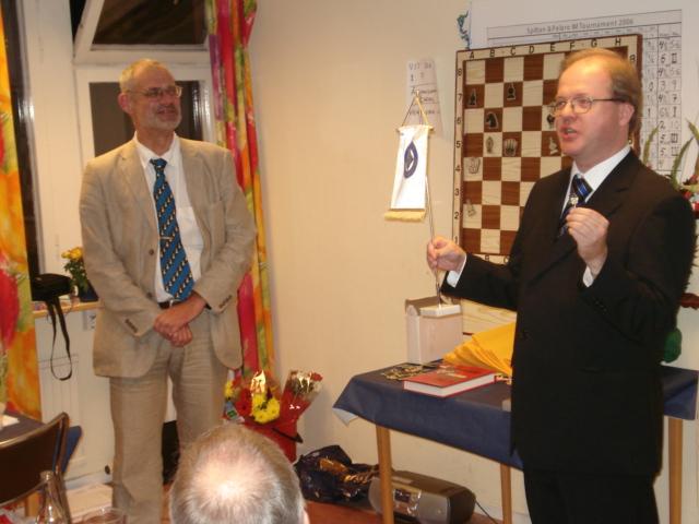 Mats Eriksson tackar och skall just överlämna en gengåva i form av Manhems medlemsnål