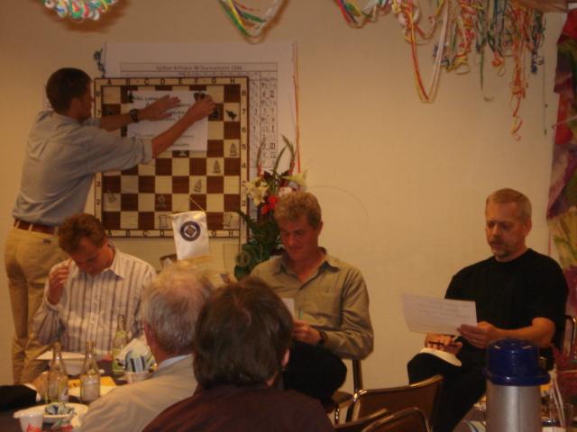 Från vänster Asbjörn Nejman, Lars-Åke Schneider och Yngve Karlsson funderar spänt på den avgörande frågan