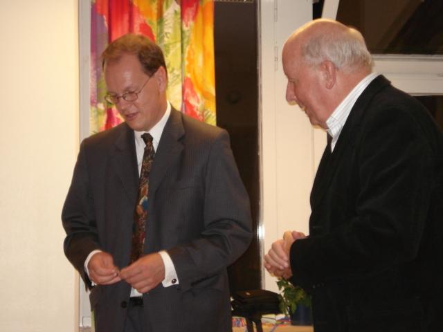 Sven Amundsson får veteranmärket i guld för 47 medlemsår i Manhem