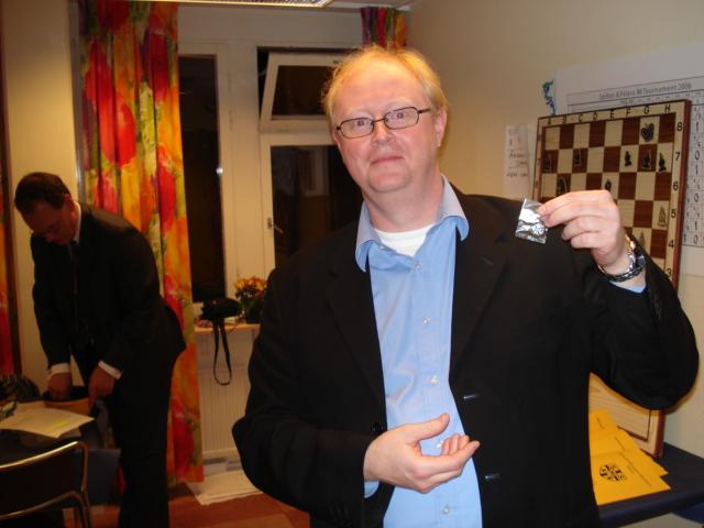 Håkan Warston visar stolt upp veteranmärket i silver för 23 medlemsår i Manhem