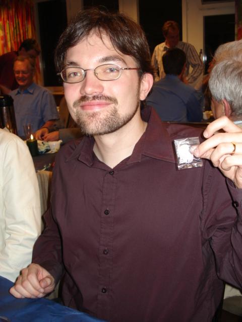 Martin Norbäck visar upp sitt veteranmärke i silver, erhållet för 21 medlemsår i Manhem
