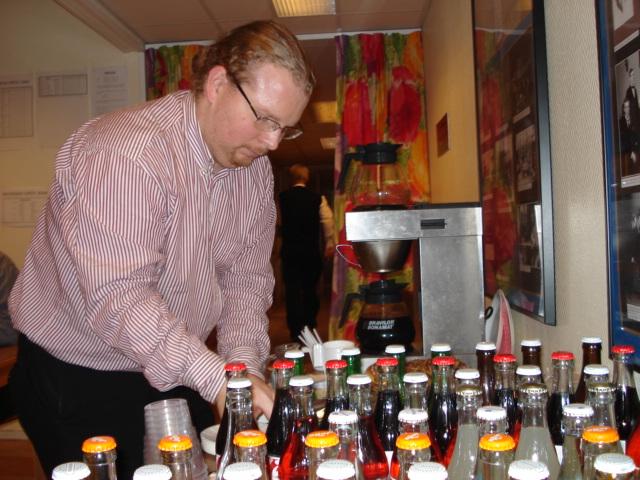 Lagtävlingsledaren Vincent Andréasson förbereder fikat