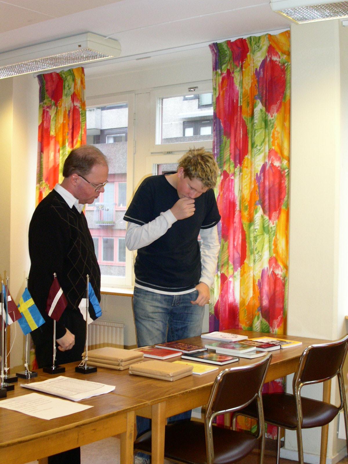 En fundersam Johan Hansson, Manhem, väljer prisbok