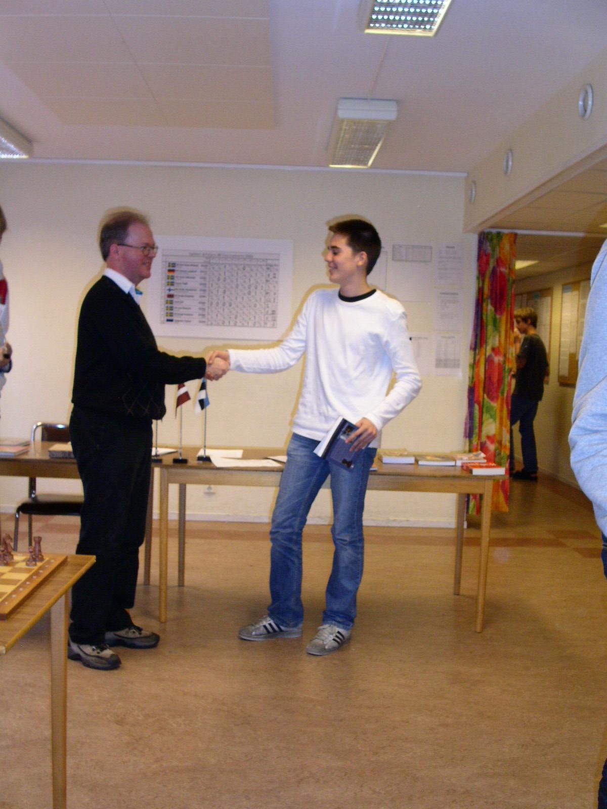 Mats Eriksson gratulerar bäste manhemiten Johannes Aira till sjättepriset