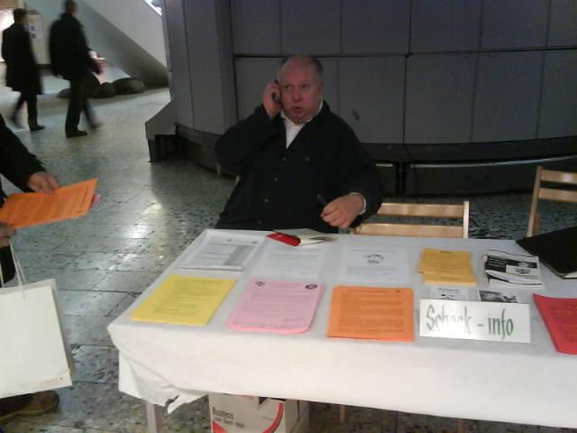 Claes R. Nilsheden i Schackinformationen. En schackhungrig representant för allmänheten har redan slitit åt sig åtråvärda Manhem-blad.
