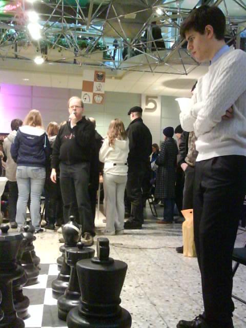 Full koncentration hos lovande Peter Vas. Mats Eriksson kommenterar och i bakgrunden åskådarna vid Jessica Bengtssons simultan.
