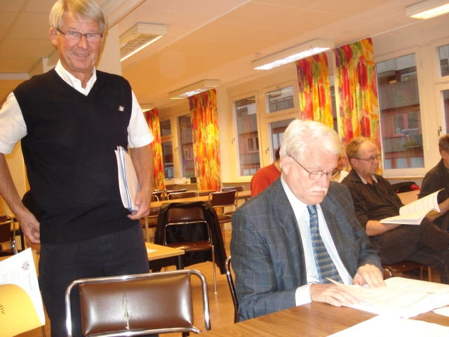 Revisorn Hans Brodén ser någorlunda nöjd ut. Hedersledamotkollegan Lars Borgström bläddrar i möteshandlingarna.