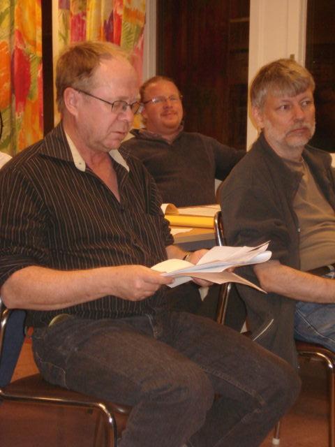 Calle Jarebo läser upp valberedningens förslag. Till höger Torbjörn Einegren och i bakgrunden Vincent Andréasson