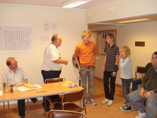 Zakarias Sjöström Dyrefelt, Kalle Carlstedt och Louise Segerfelt tar emot plaketter för segern i division VI.