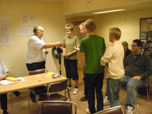 Harald Berggren Torell, Sven Persson, Johan Persson och Erik Persson tar emot plaketter för segern i division V