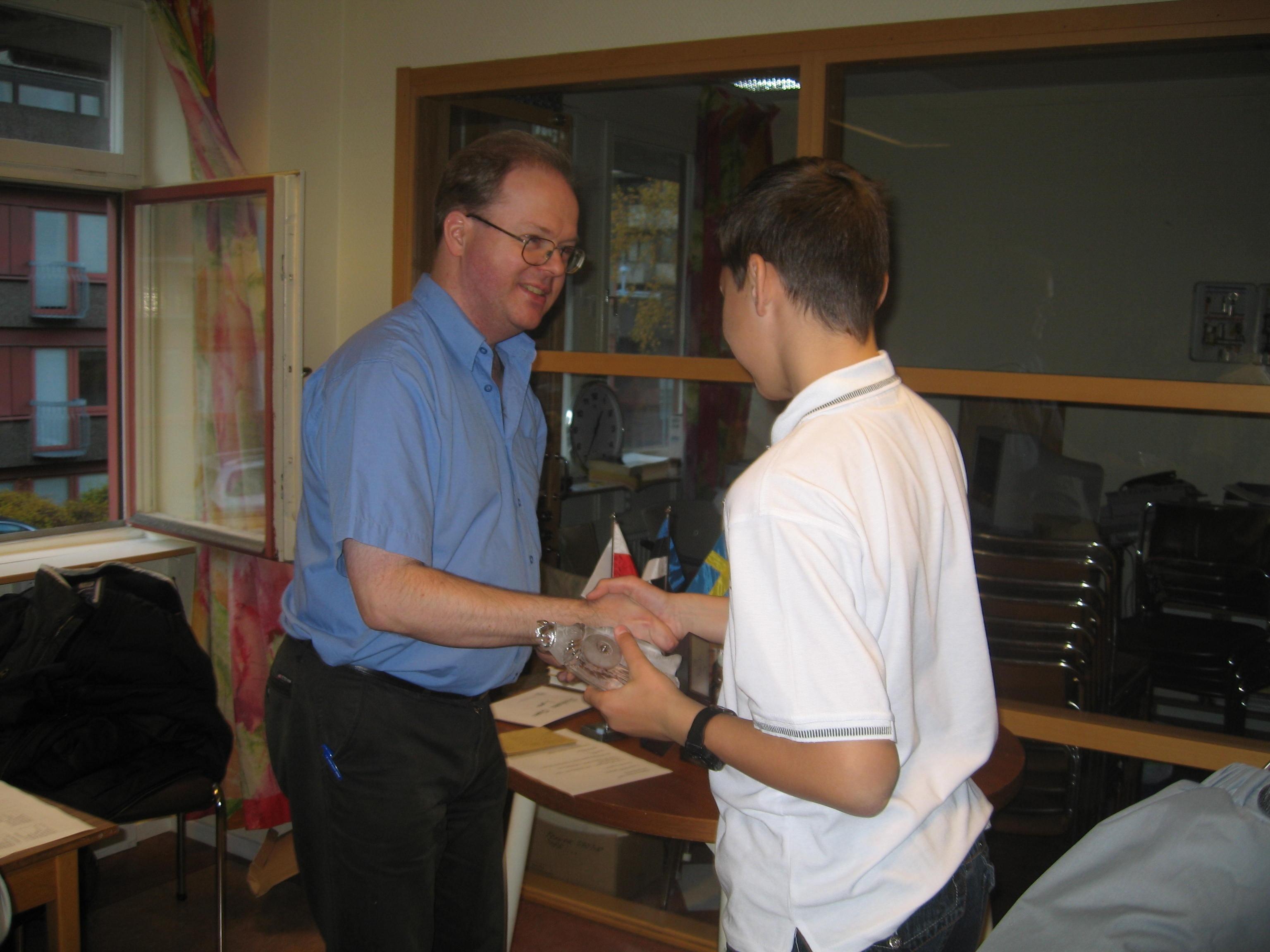 Tävlingens suveräne slutsegrare Dariusz Swiercz får motta solid glasviking och priskuvert