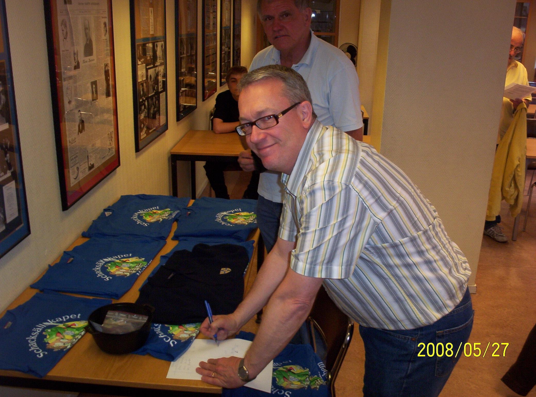 Manhems nya klubbtröjor gick åt som smör i solsken. Notera Roland Sobenii insmickrande försäljarleende.