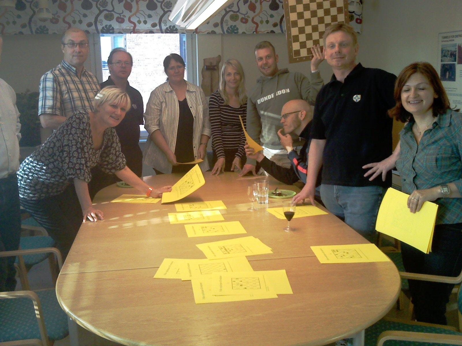 Glada miner bland deltagarna! De gula bladen visar schackproblem att trimma hjärncellerna med
