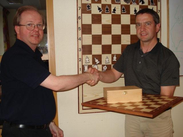 Nu väntar fortsatt förkovran på BS Elcontrol. Vd Jonas Kewenter tar emot ett schackspel av Manhem.