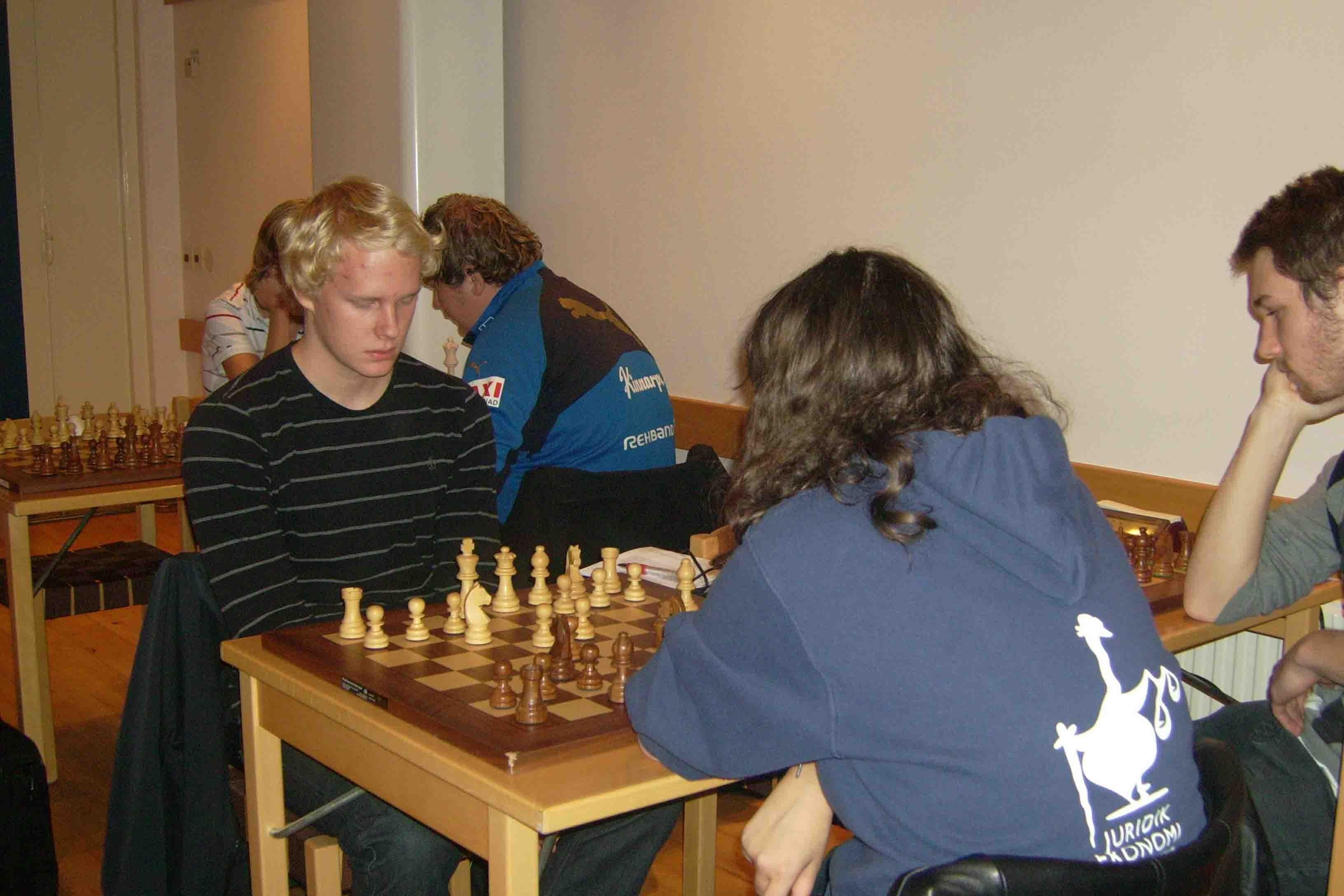 Alexander Heino kom nia i äldsta klassen efter remi med mersmak mot 700 poäng högre rankade Inna Agrest