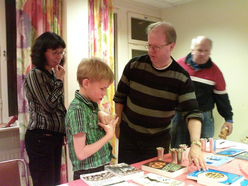 Pristagarna i KM fick välja från ett dignande bokbord. Här Gabriel Svorono, trea i Lilla gruppen.