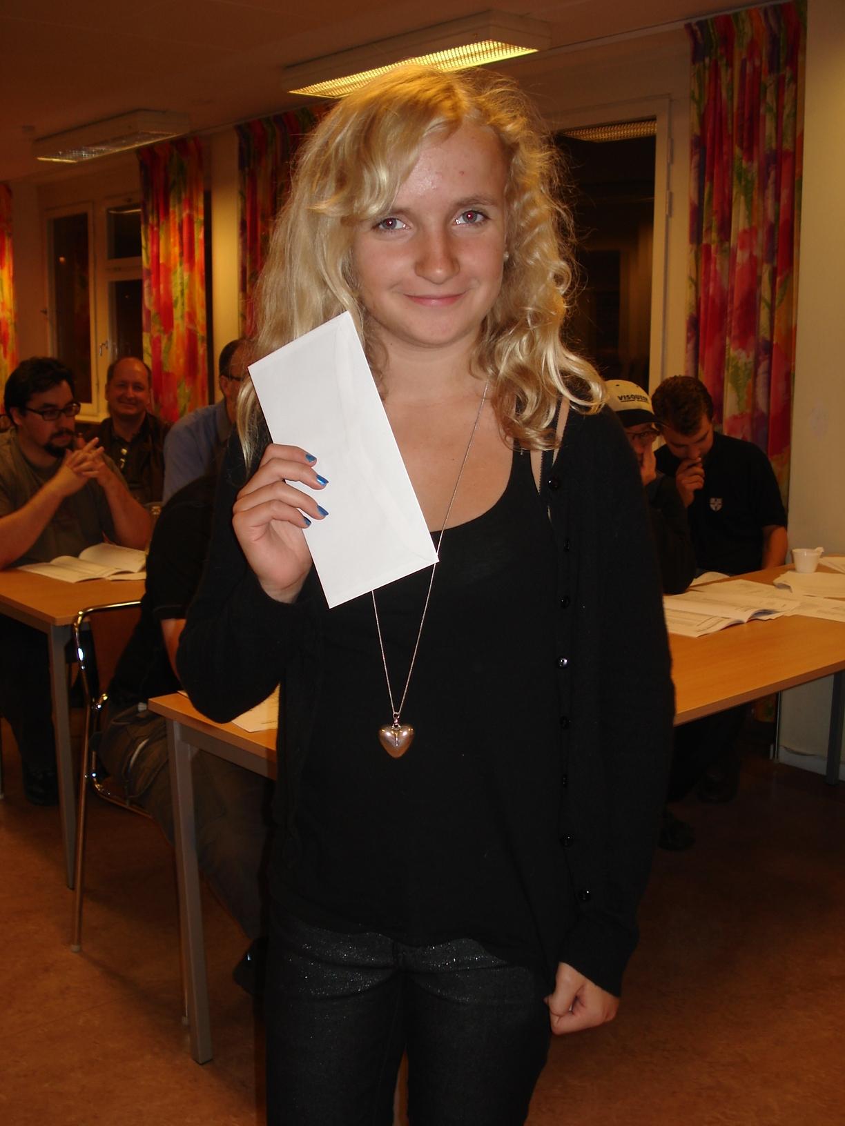 Louise Segerfelt med priskuvert  i näven.