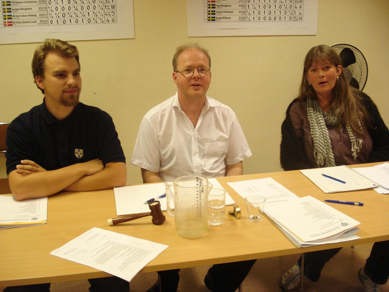 Mötets presidium, fr.v. skattmästaren Joel Åkesson, ordföranden mats Eriksson och vice sekreteraren Rebecka Ungerfält.