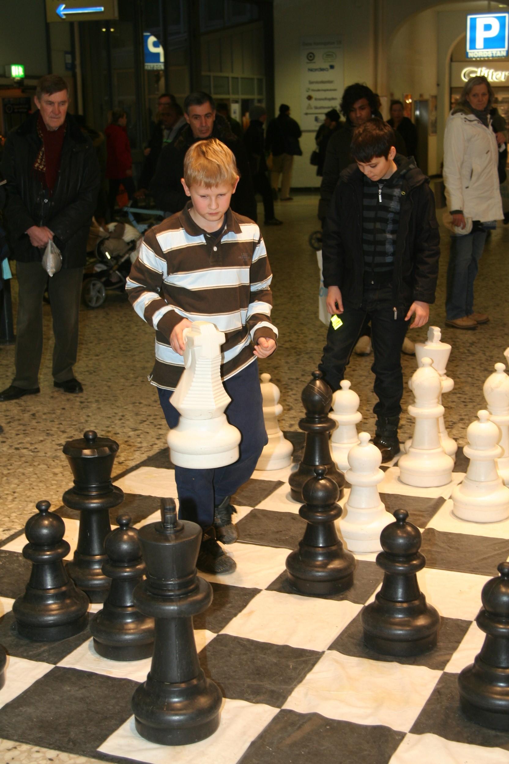 Nils Lyrbring (hiterst) pressade Leonardo Aira men fick till slut ge tappt.