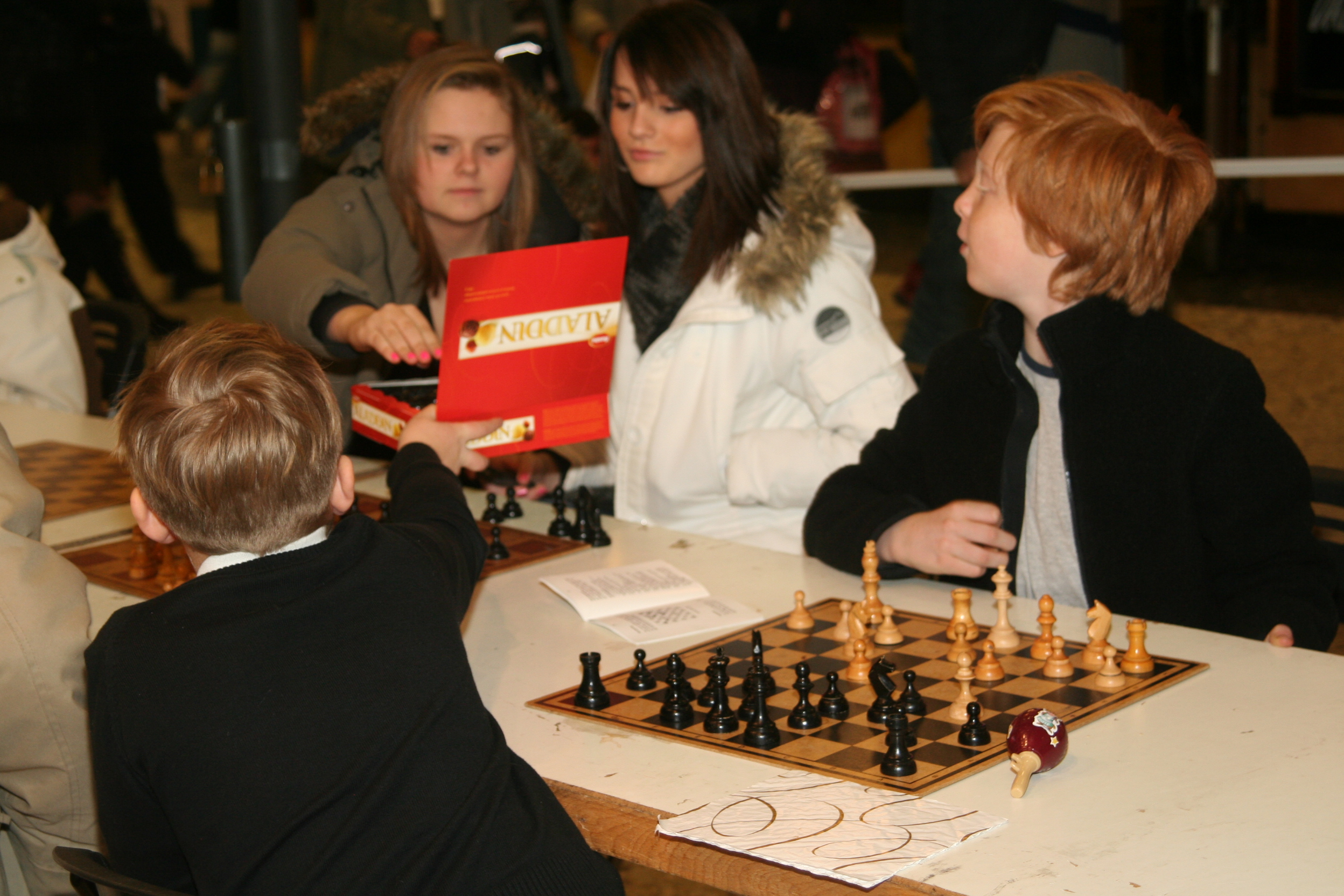Gentlemannen Gösta Larsson bjöd damer i publiken på priskonfekt.
