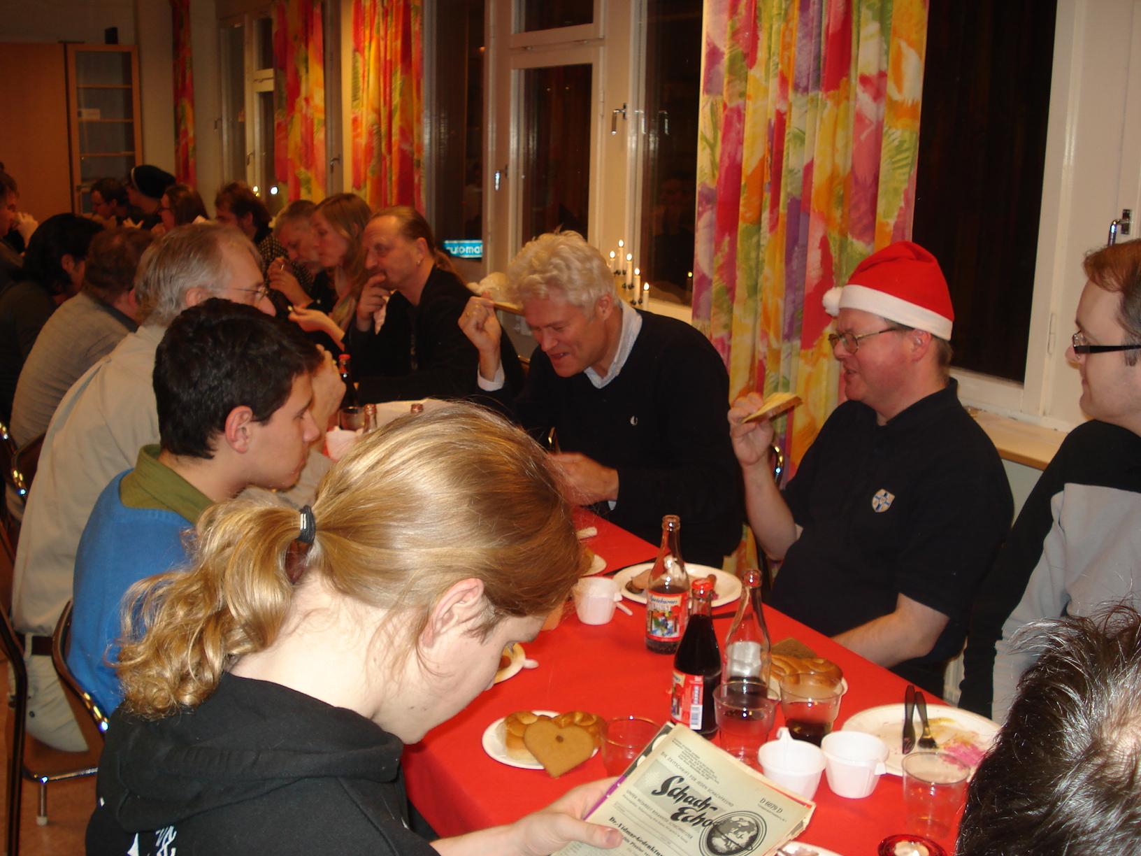 Manhemiterna högg med liv och lust in på jultallrikarna.
