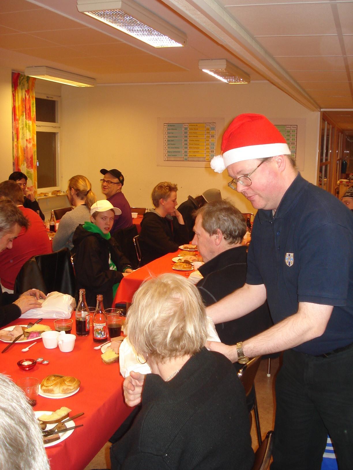 Jultomten fördelade med varm hand julklappspåsar till de församlade.