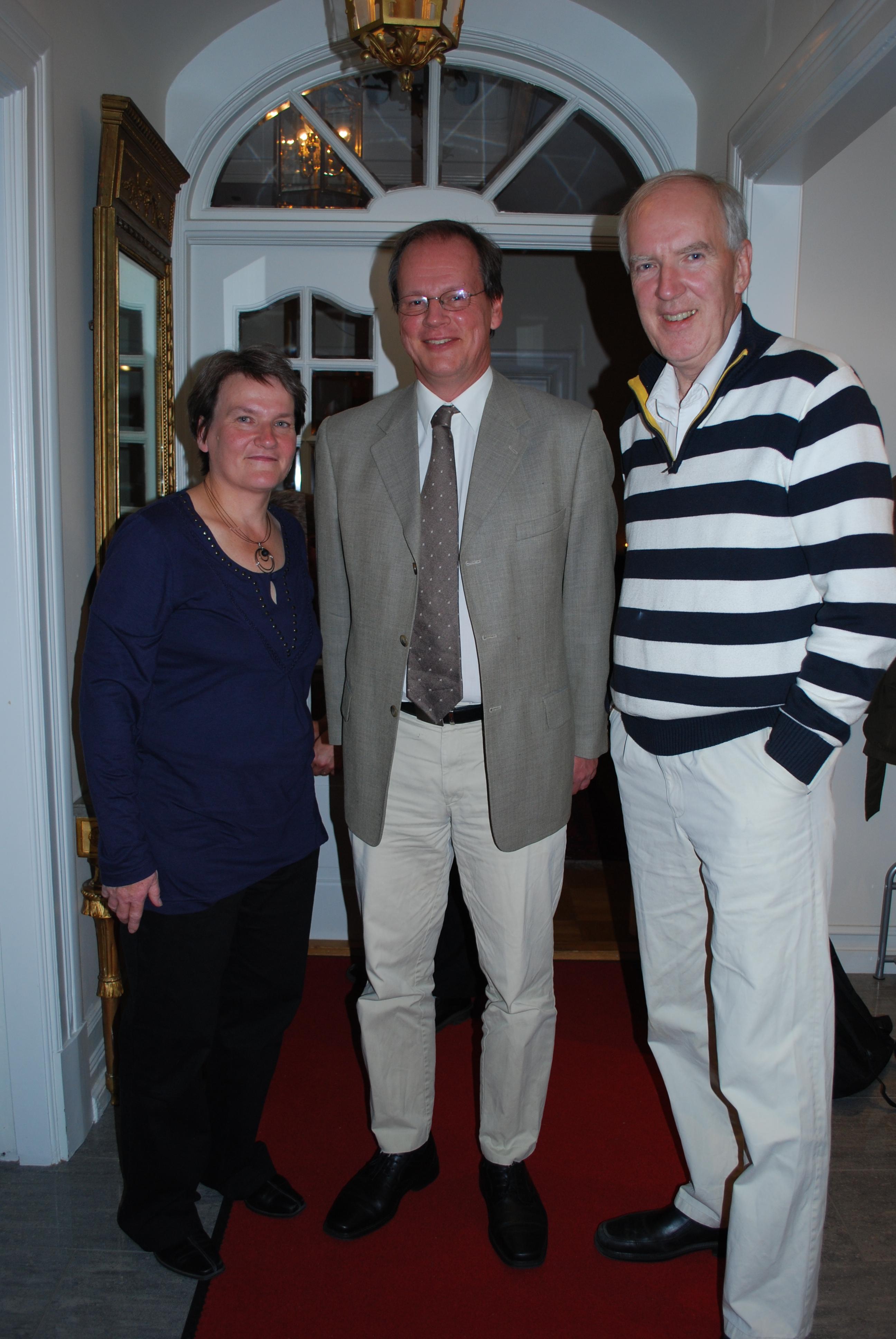 Icke okände manhemiten Björn Andersson var coach och delegationsledare för den svenska truppen. Här vid mottagning på svenska ambassaden i sällskap med ambassadören Anders Ljunggren (t.h.).