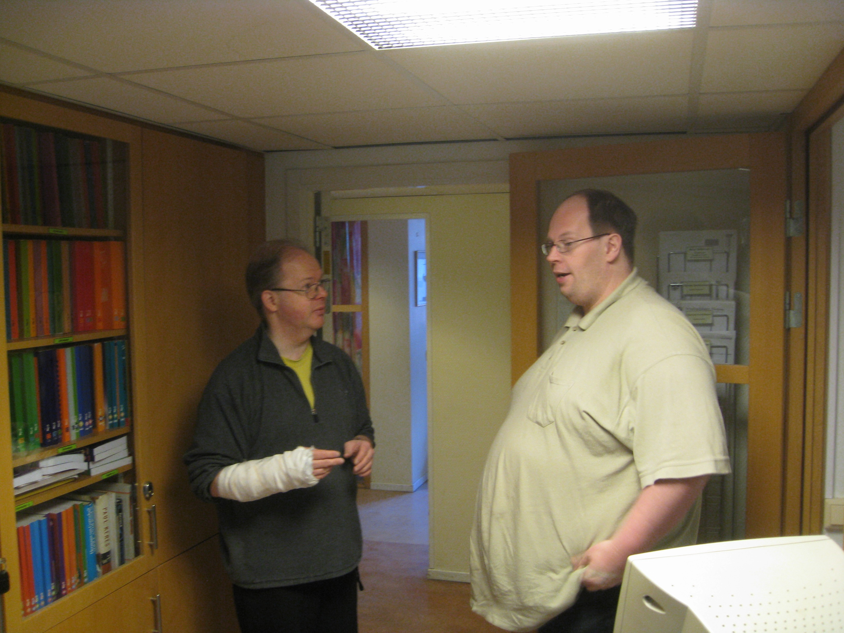 Domaren, tillika Cs-ledamoten, Håkan Winfridsson i samspråk med en något justerad Mats Eriksson.
