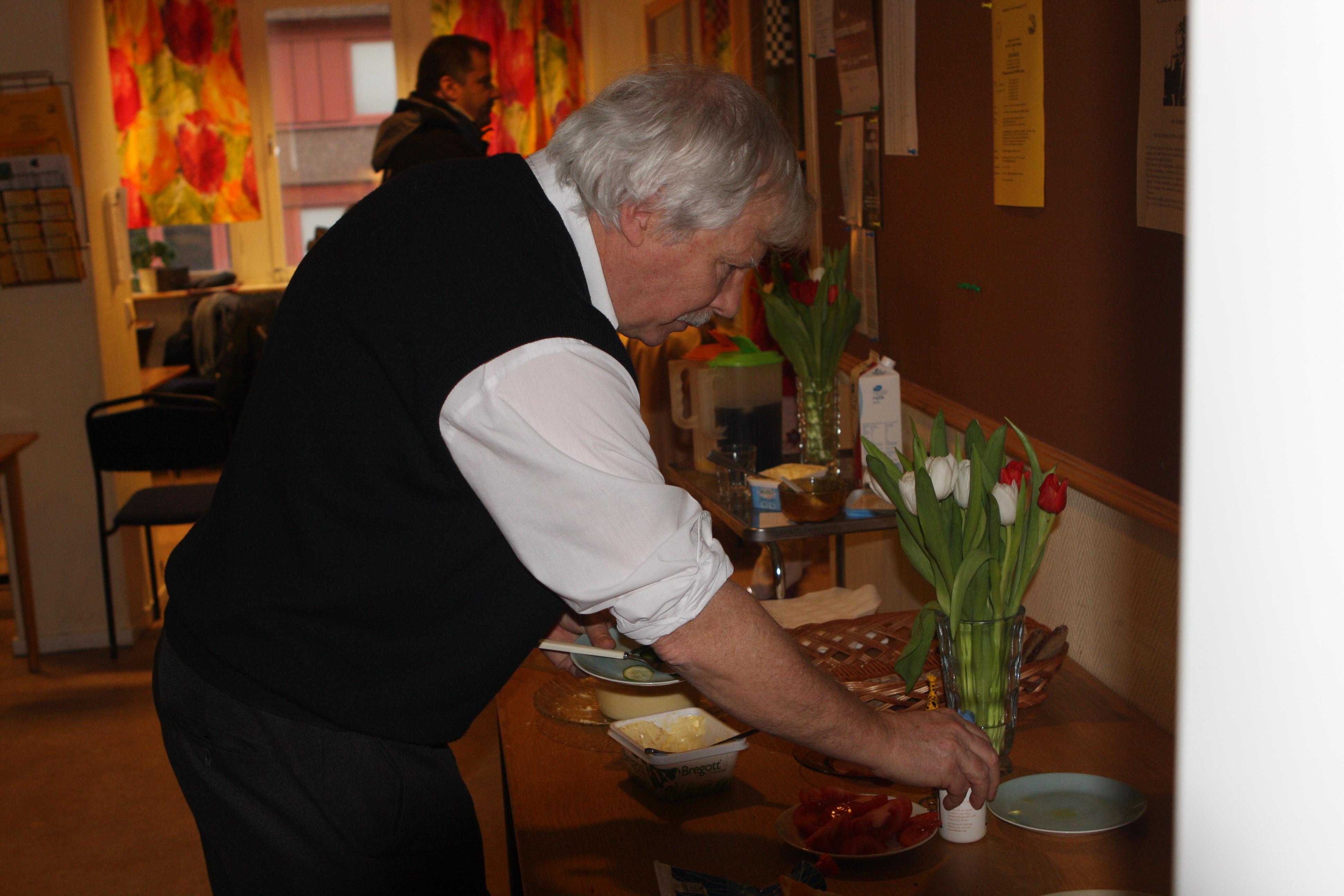 Rutger Almquist lägger sista handen vid frukostförberedelserna.