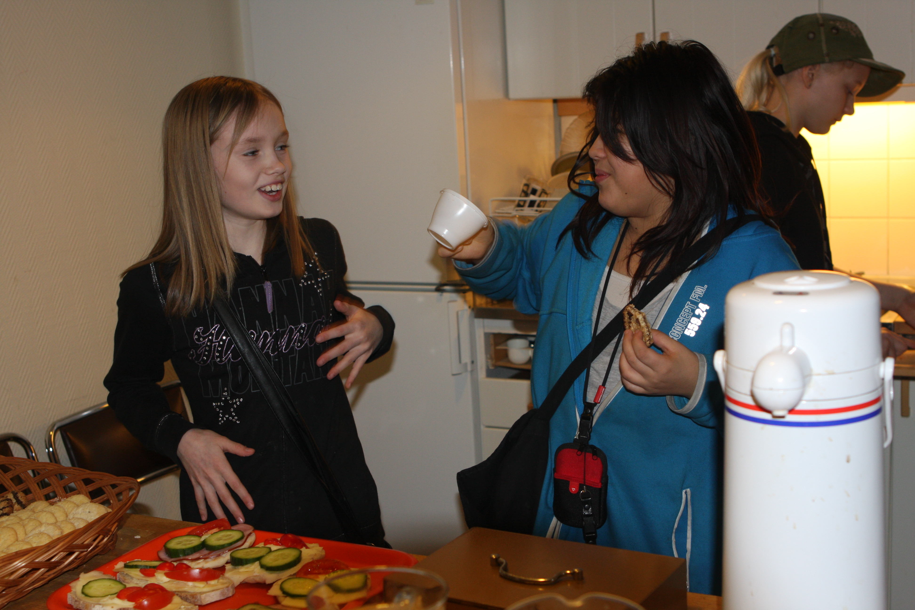 Therese Nätstrand och Johanna Nabbing hjälper till (?) i serveringen. I bakgrunden Annie Kildén.