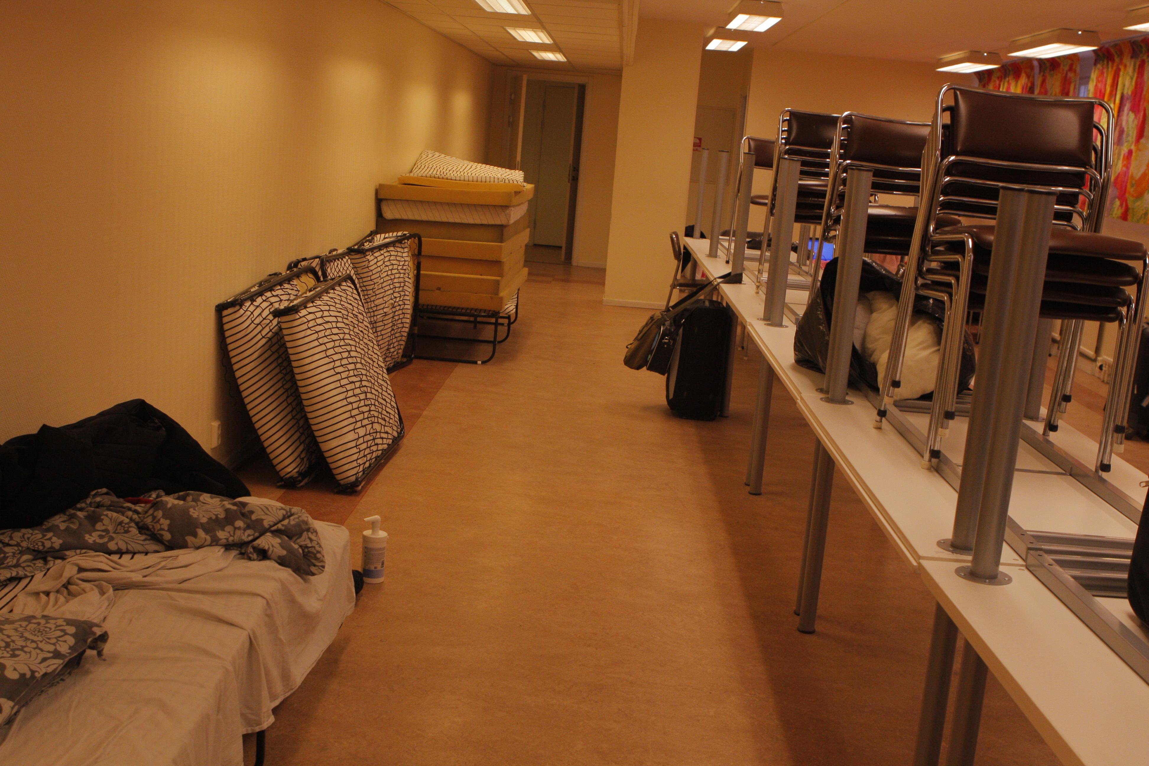 Vegagatan 16 ordnades för gruppförläggning för gästerna. Manhems lager av skumgummimadrasser och tältsängar fick än en gång göra tjänst.