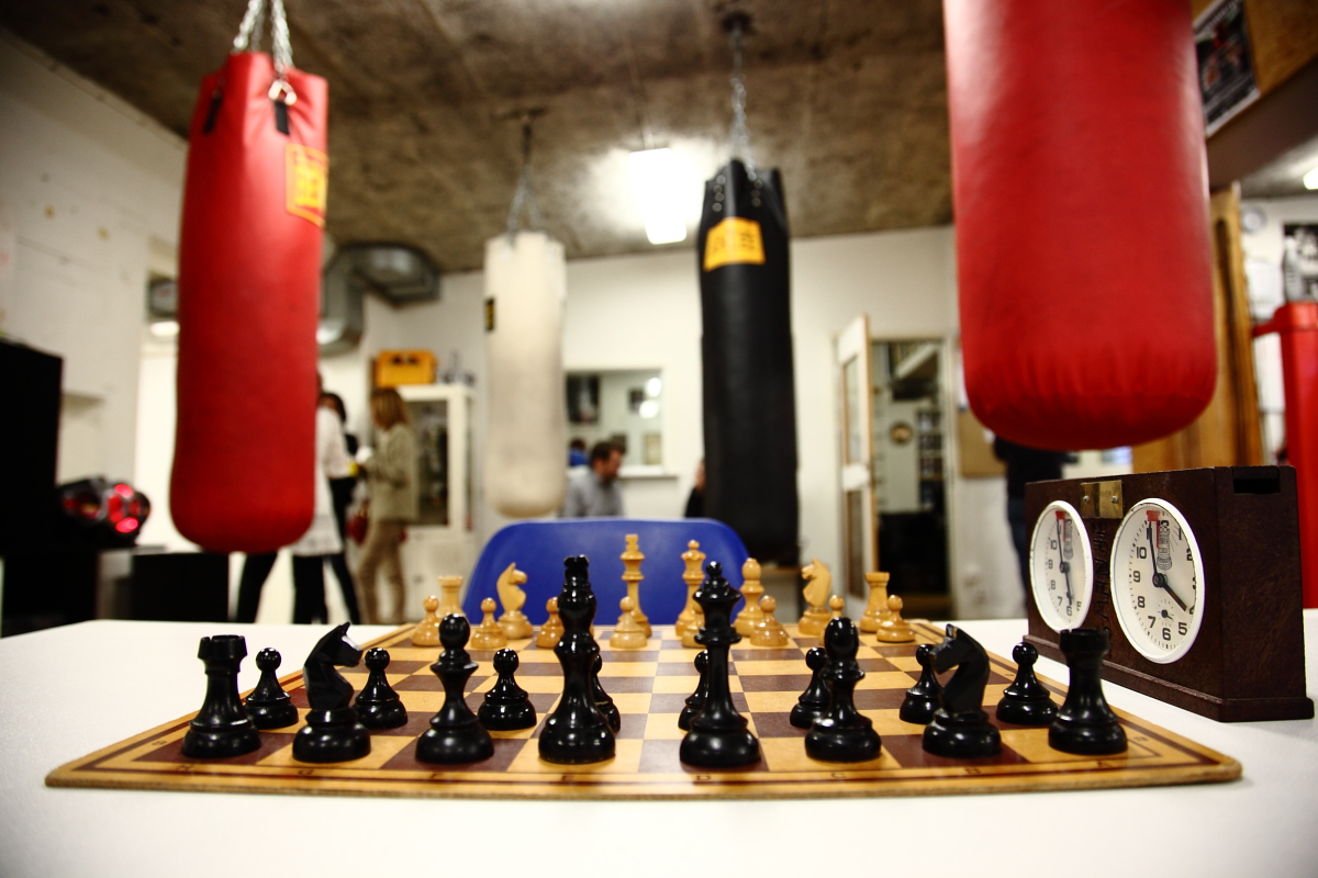 Så vitt man vet svensk premiär för schackboxning blev det i samarbete mellan Manhem och Redbergslids BK. Här är brädet på plats i ringen och spelet kan börja!