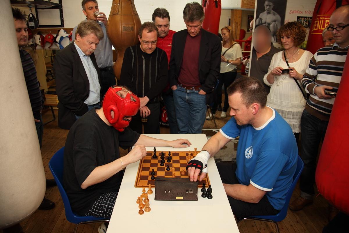 Spelet är i gång! som schackspeaker figurerade Göran Andersson, stående t.v. om spelarna.