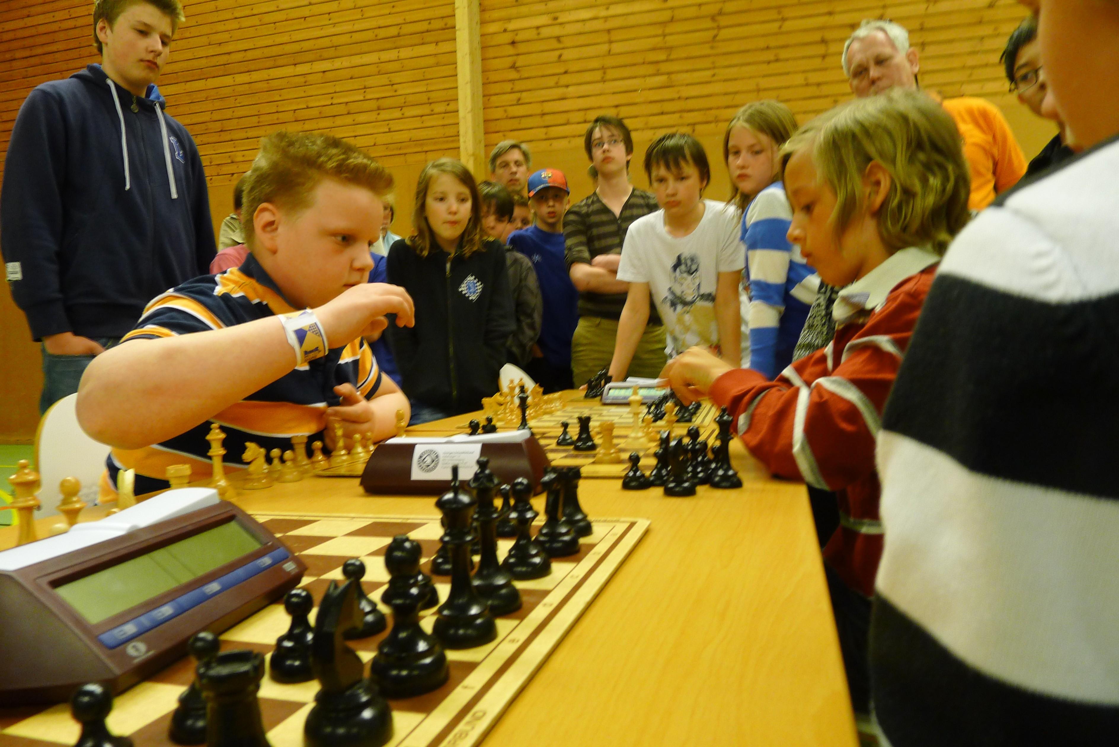 Sista matchens avgörande parti: Andrej vinner som vit mot sin motståndare och säkrar silvret för Oscar Fredrik.