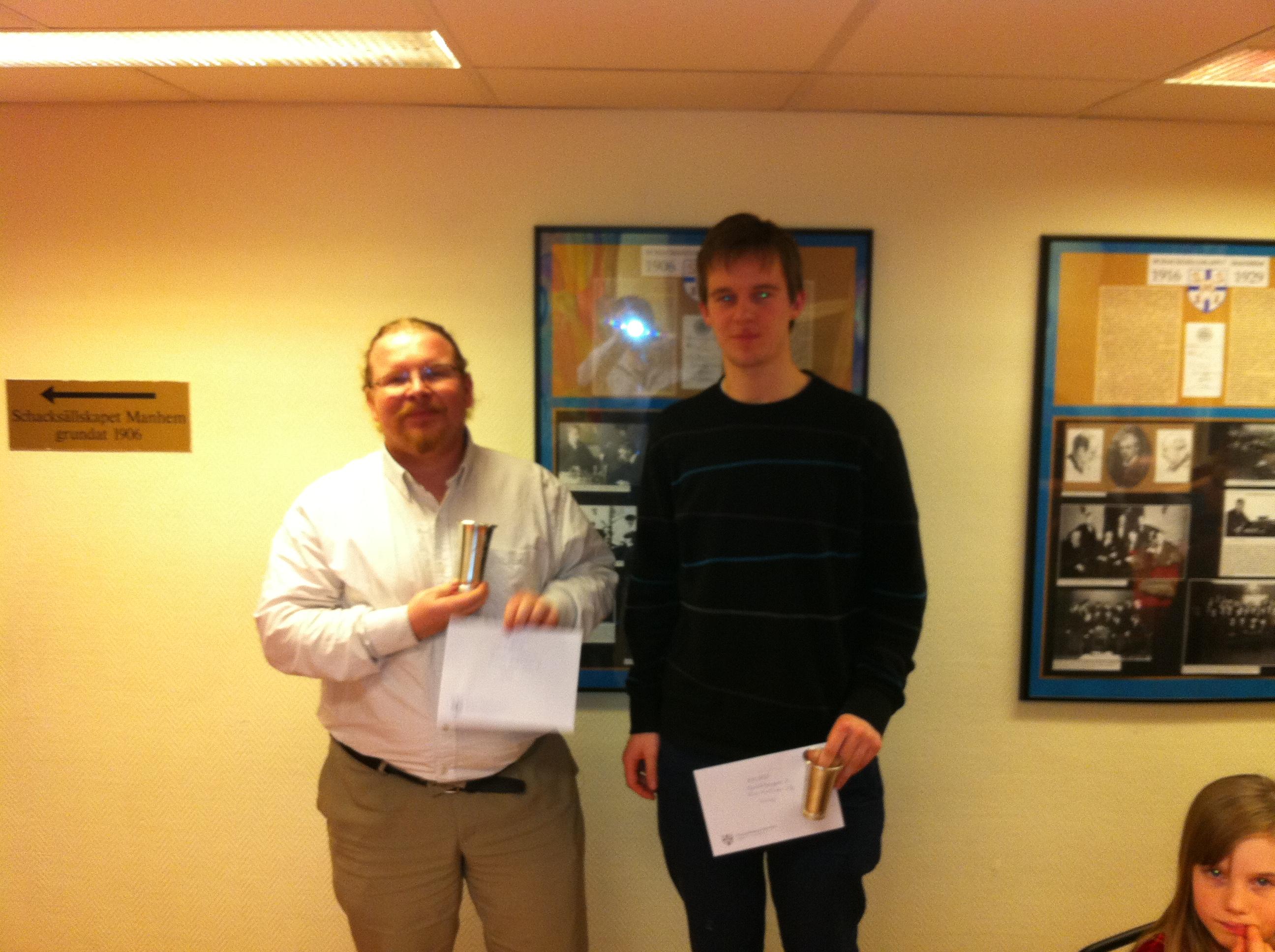 Kandidatvinnaren Vincent Andréasson och till höger tvåan Elias Karlsson.