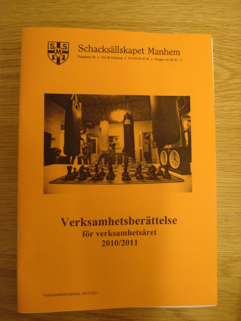 Verksamhetsberättelsens omslag anknöt till årets nyhet schackboxning.