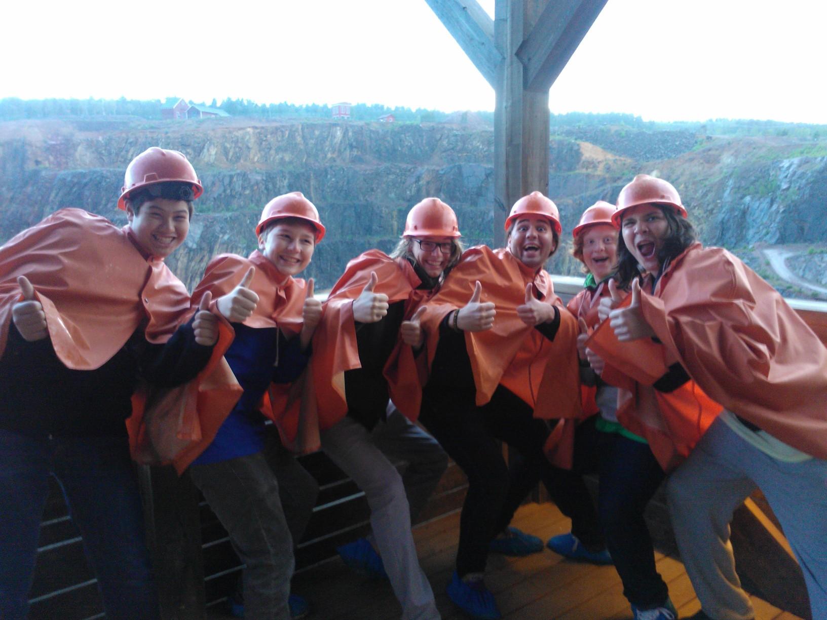 Glada gruvbesökare återbördade till ytan: fr v Wilhelm Xi Liadal, Olof Sanchez, Hampus Lane, Johannes Aira, Ossian Jansson och Leonardo Aira (foto: Teresa Aira).