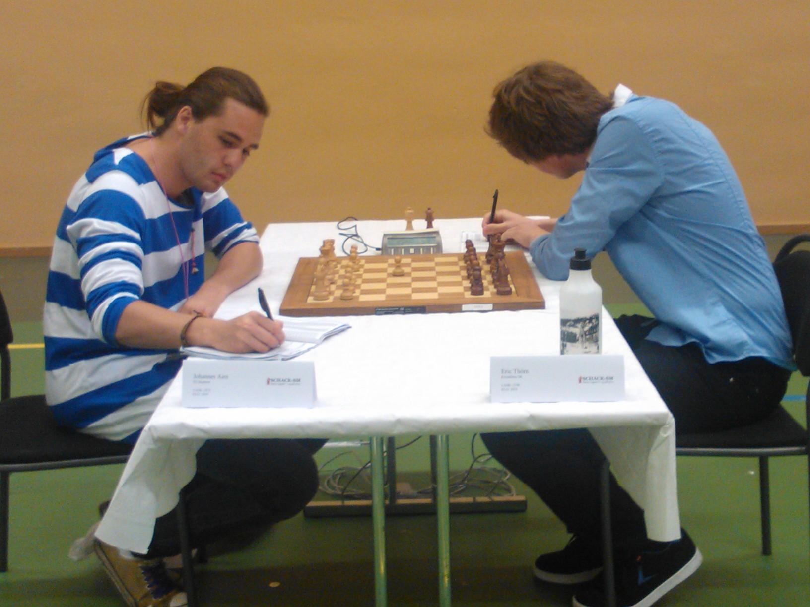 Johannes Aira i inledningen till andra rondens parti mot Eric Thörn. Efter segern ledde Johannes turneringen (foto: Teresa Aira).